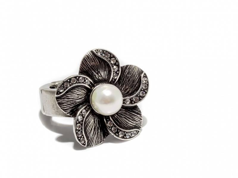 50101 Ring med strikk stor blomst med perle i sølvfarget antikk