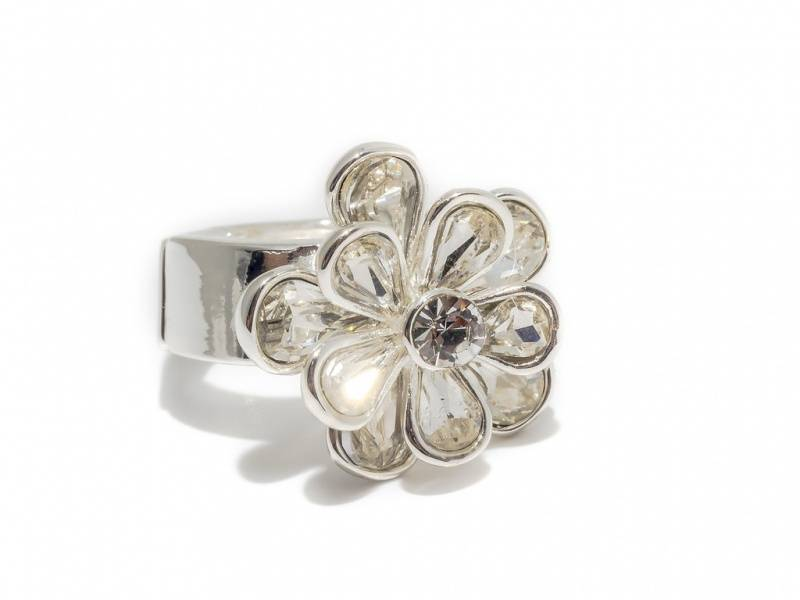 50107 Ring med blomst i blanke stener