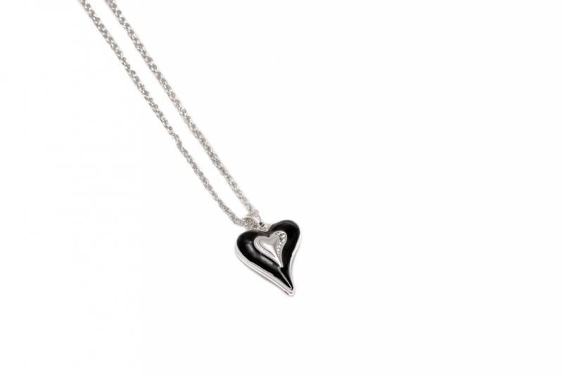 10729 Langt smykke sølvfarget, sort emalje hjerte med stener