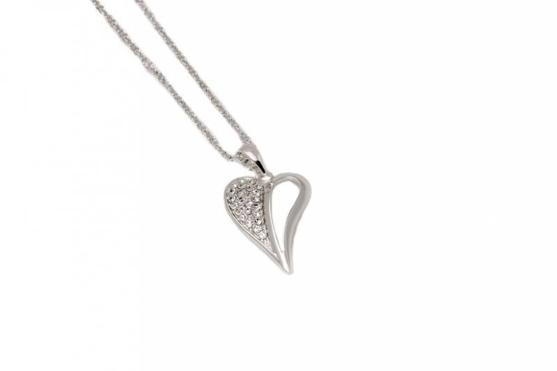 10732 Kort smykke sølvfarget hjerte med blanke stener på en side